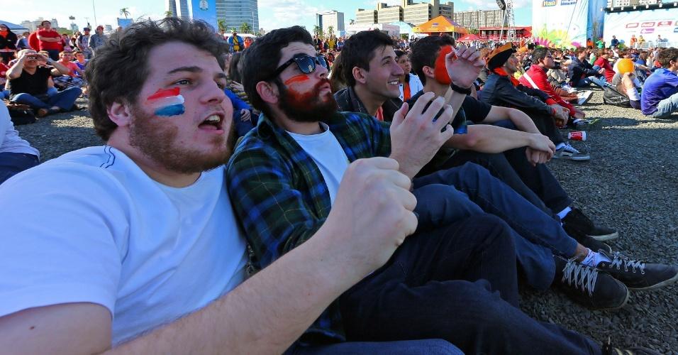 18.jun.2014 - Torcedores da Holanda acompanham jogo contra a Austrália na Fan Fest de Porto Alegre