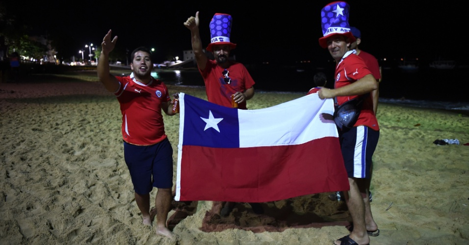 18.jun.2014 - Torcedores do Chile comemoram classificação para as oitavas de final em praia de Salvador