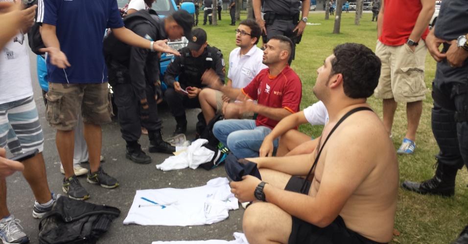 18.jun.2014 - Um venezuelano, dois chilenos e um colombiano foram presos vendendo credenciais e camisas da Fifa no Maracanã