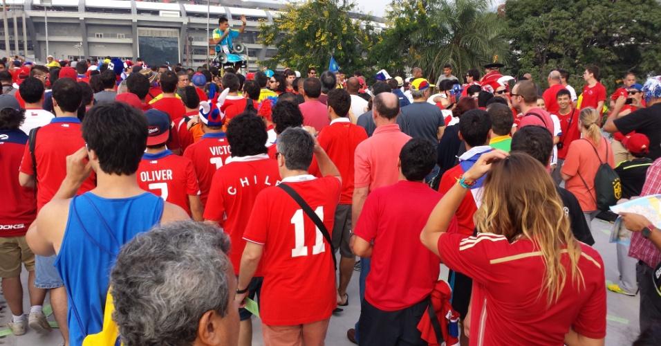 18.jun.2014 - Voluntário tenta organizar entrada dos torcedores chilenos no Maracanã