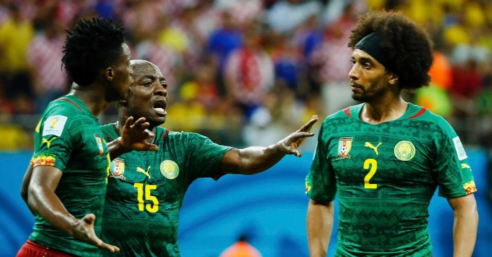 Achille Weboc separa a briga entre os próprios companheiros de Camarões, Benjamin Moukandjo (esq.) e Benoit Assou-Ekotto