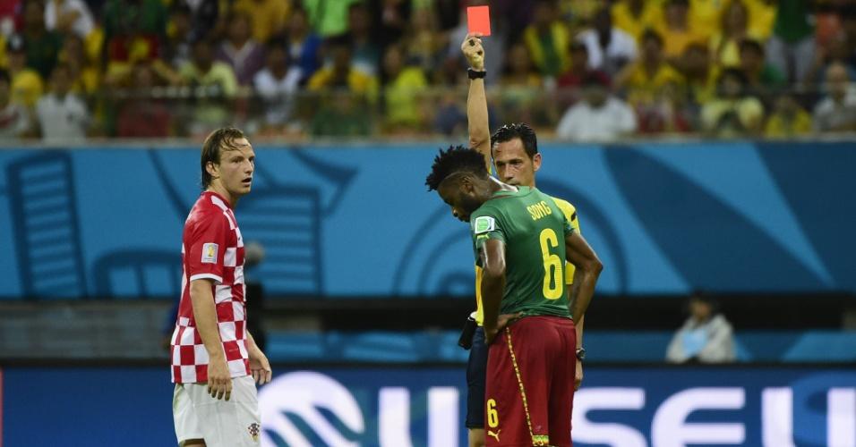Alexandre Song, de Camarões, é expulso pelo árbitro Pedro Proença após entrada dura em Mandzukic, da Croácia