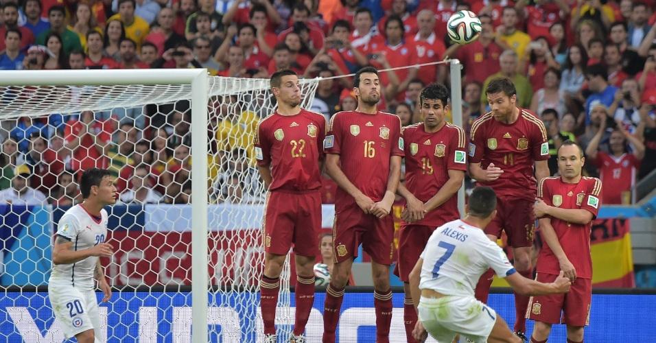 Alexis Sánchez cobra falta que originou o segundo gol do Chile contra a Espanha