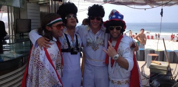 """Americanos passeiam por Copacabana vestidos de Elvis Presley para curtir a Copa e """"divulgar"""" o ídolo"""