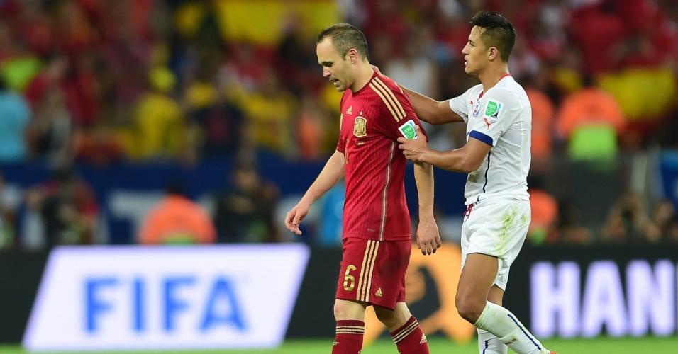 André Iniesta é consolado pelo chileno Alexis Sanchez, seu companheiros de Barcelona