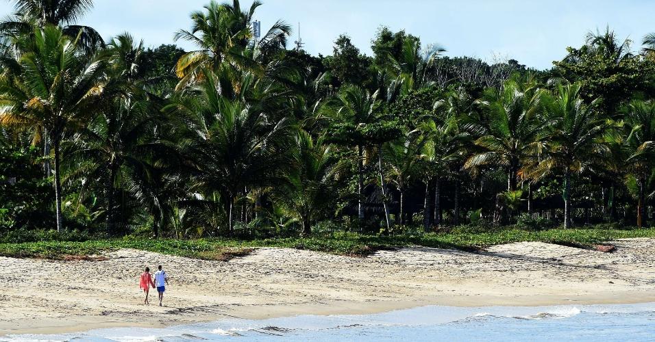 Andre Schuerrle, atacante da Alemanha, caminha de mãos dadas com a sua namorada na bela praia da Vila da Santo André, na Bahia