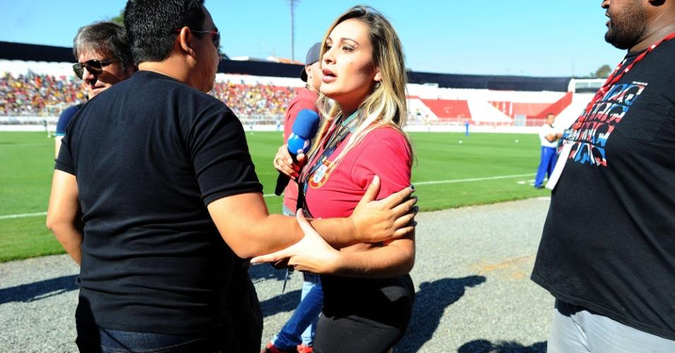 Apresentadora Andressa Urach foi retirada da beira do gramado e teve que devolver a sua credencial durante o treino aberto da seleção de Portugal, no Moisés Lucarelli, em Campinas