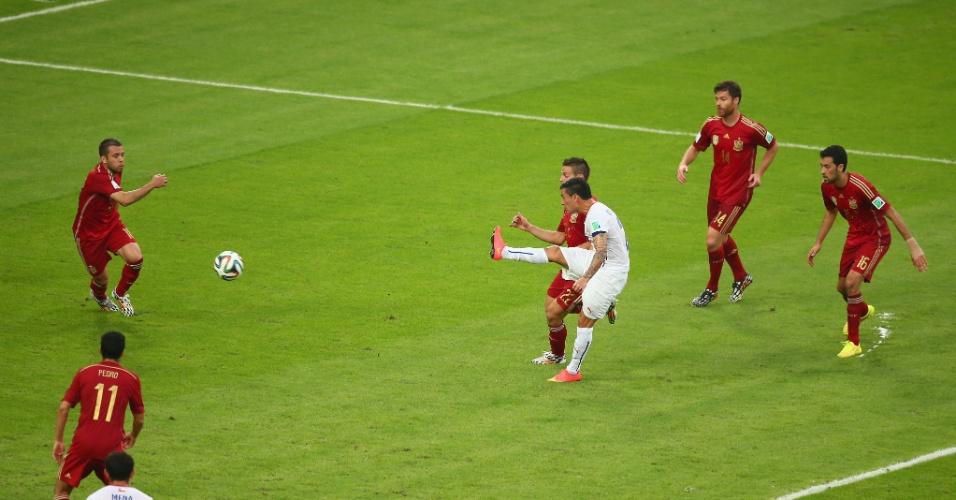 Aránguiz aproveita rebote de Casillas na grande área e chute forte para marcar o segundo do Chile contra a Espanha