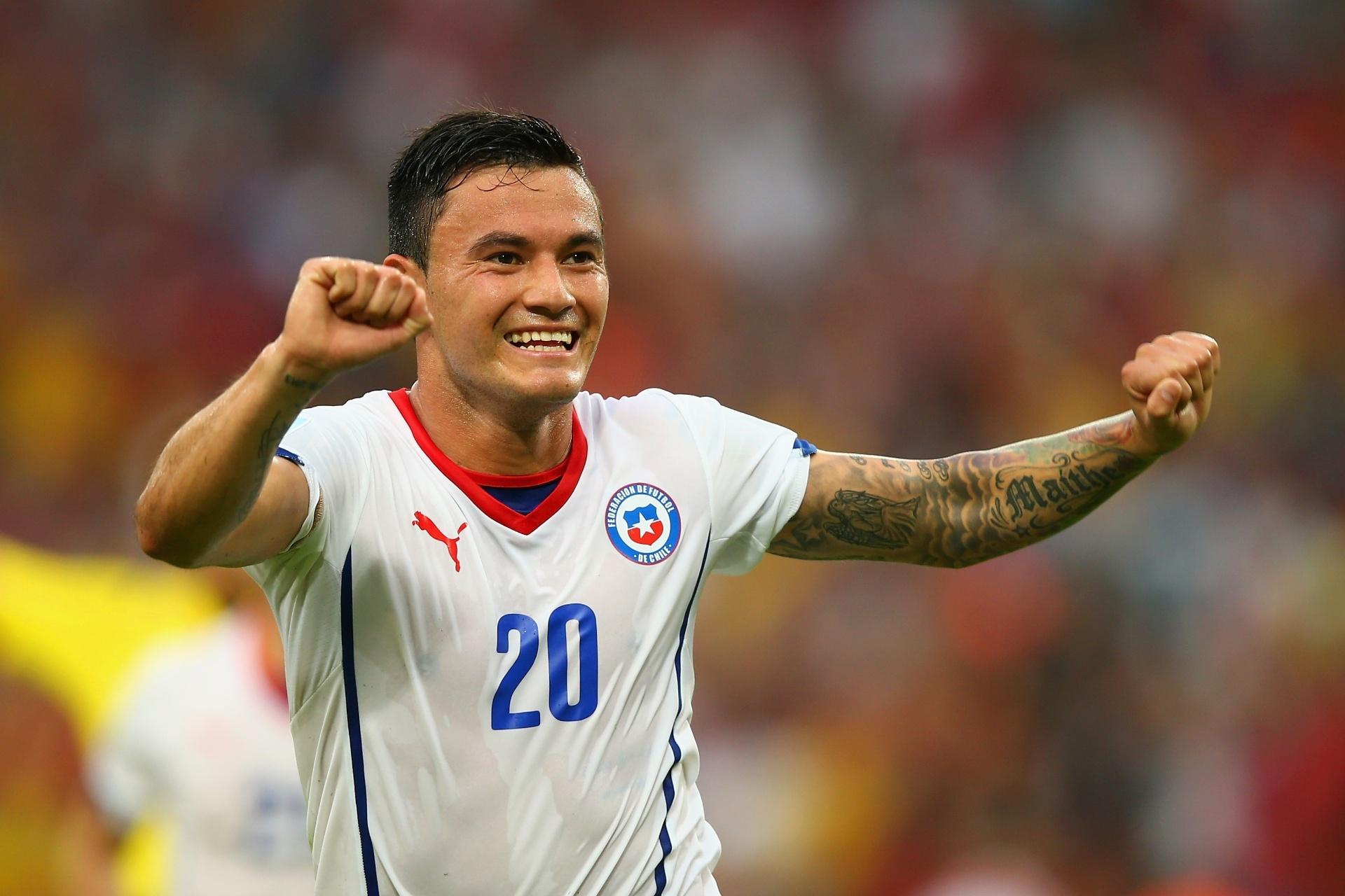Aránguiz comemora no Maracanã depois de marcar o segundo gol do Chile contra a Espanha