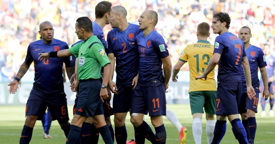 Árbitro marca pênalti para a Austrália e holandeses reclamam muito no Beira-Rio