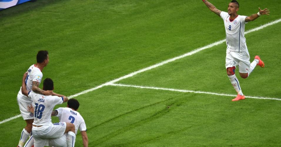 Arturo Vidal corre para comemorar com Vargas o primeiro gol chileno contra a Espanha