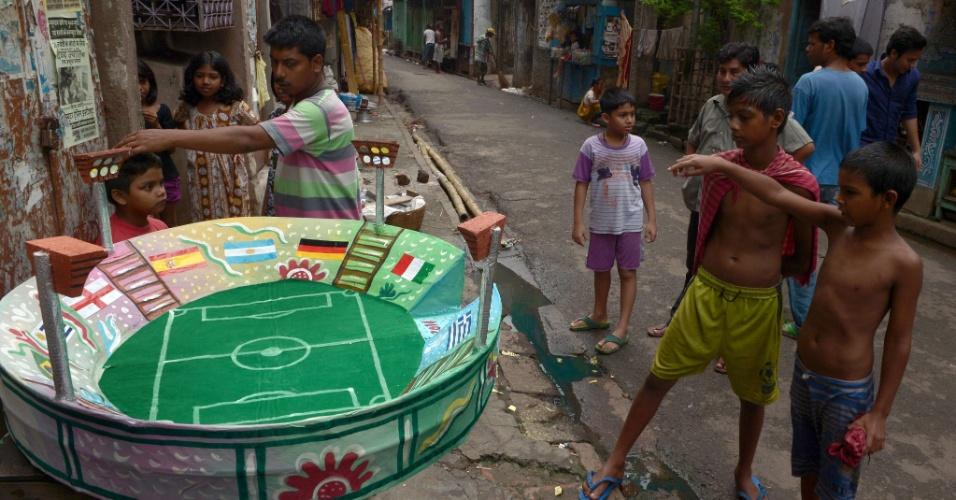 Artista indiano faz réplica de um estádio da Copa do Mundo em Kolkata e crianças ficam entusiasmadas