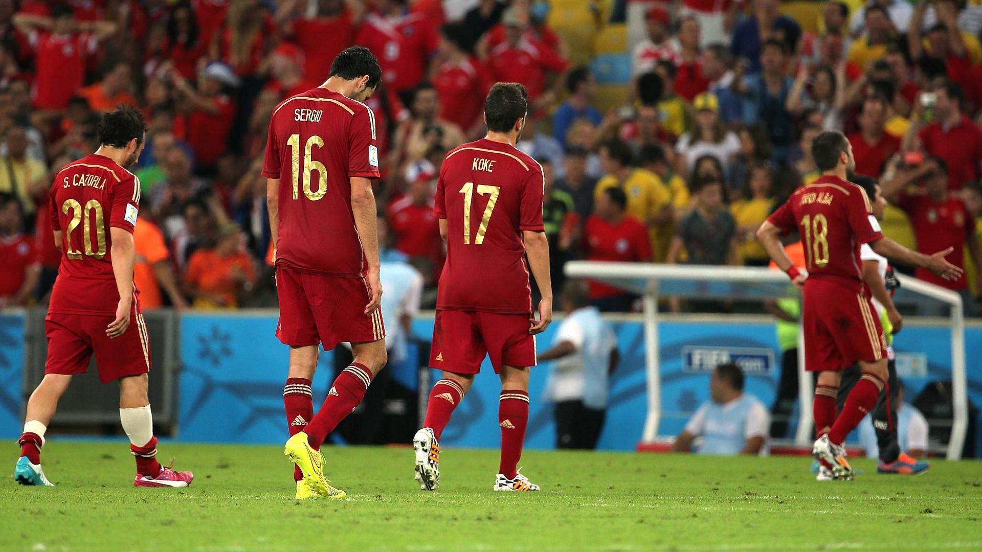 Atletas da Espanha demonstram abatimento após a derrota para o Chile por 2 a 0, no Maracanã
