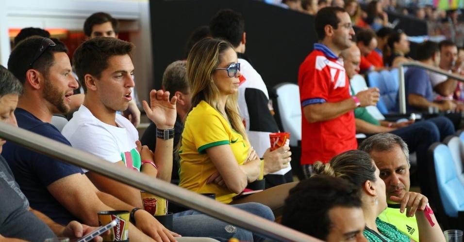 Atriz Danielle Winits acompanha jogo entre Espanha e Chile ao lado de Amaury
