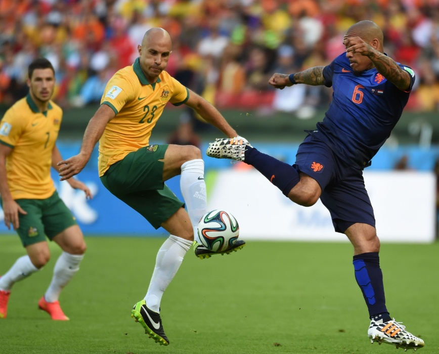 Australiano Mark Bresciano e holandês Nigel de Jong disputam bola durante partida no Beira-Rio