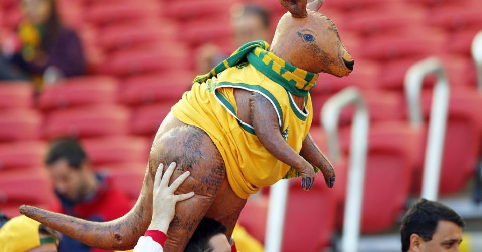 Australianos levam boneco de um canguru para a partida contra a Austrália no Beira-Rio