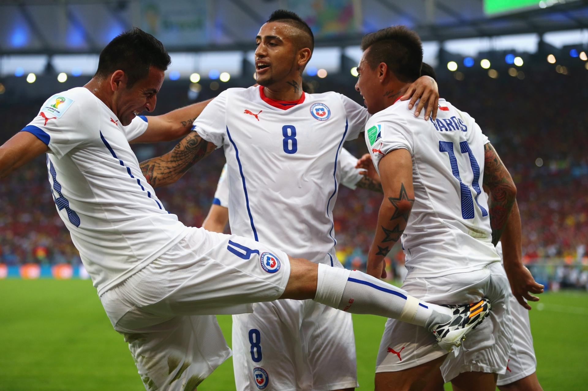Autor do primeiro gol contra a Espanha, Vargas comemora com Isla e Vidal