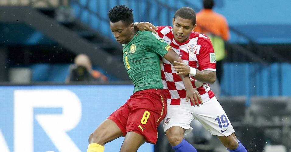 Benjamin Moukandjo, de Camarões, protege a bola de Sammir, da Croácia, durante jogo na Arena Amazônia
