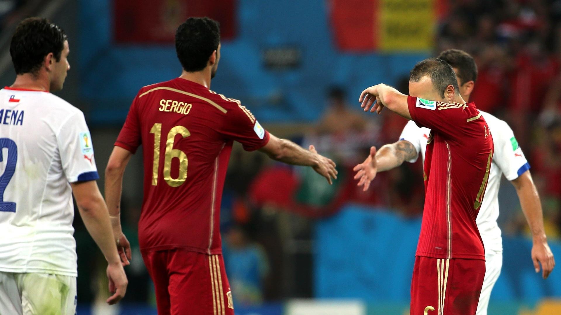 Busquets cumprimenta jogador chileno durante a derrota espanhola no Maracanã. Os europeus estão eliminados da Copa