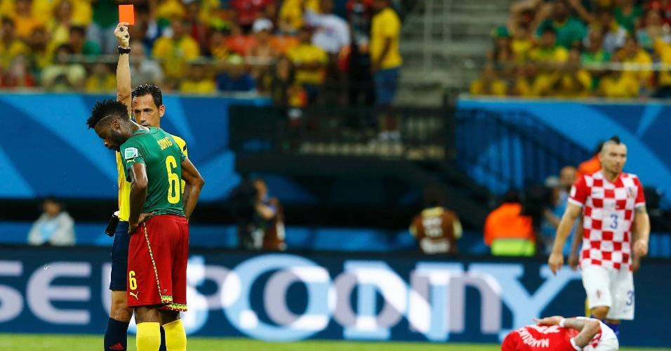 Camaronês Alexandre Song recebe o cartão vermelho do árbitro português Pedro Proença após cometer falta dura em Mario Mandzukic