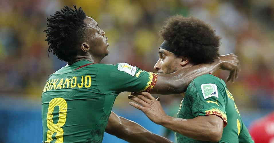 Camaronês Assou-Ekotto (dir.) perde a cabeça no fim do jogo e parte para a briga com o companheiro de equipe Benjamin Moukandjo