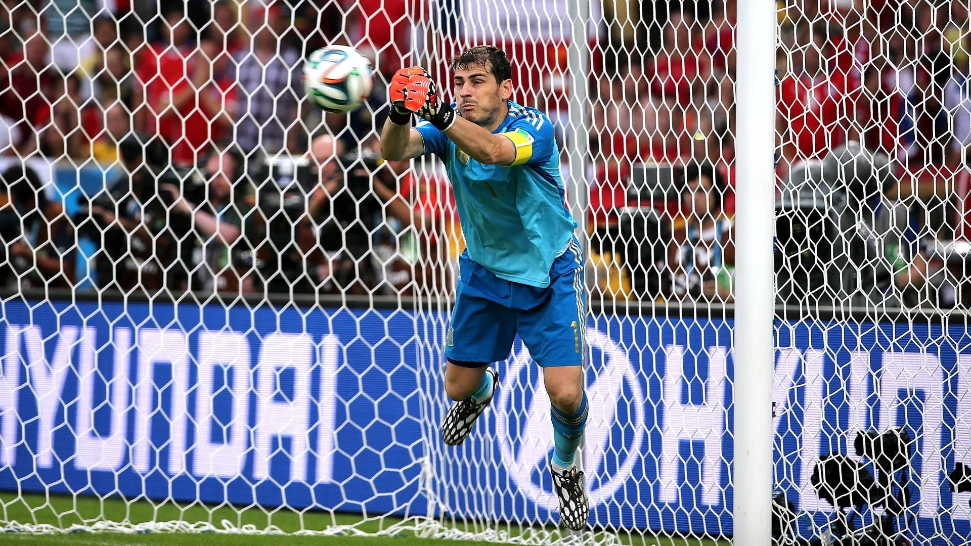 Casillas rebate a cobrança de falta no meio da área e na sequência a Espanha sofre o segundo do Chile