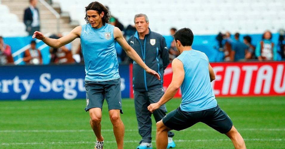 Cavani conduz bola durante treino do Uruguai, no Itaquerão, em São Paulo