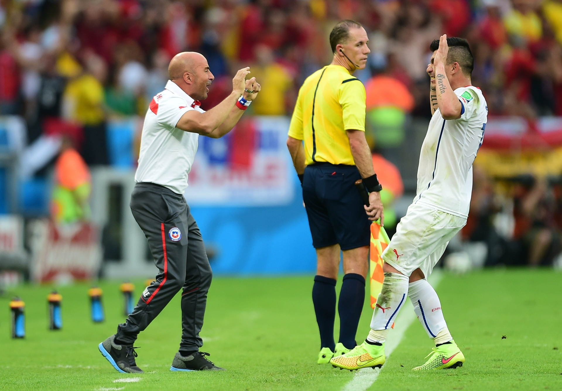 Chileno Eduardo Vargas comemora com o técnico Jorge Sampaoli após abrir o placar contra a Espanha