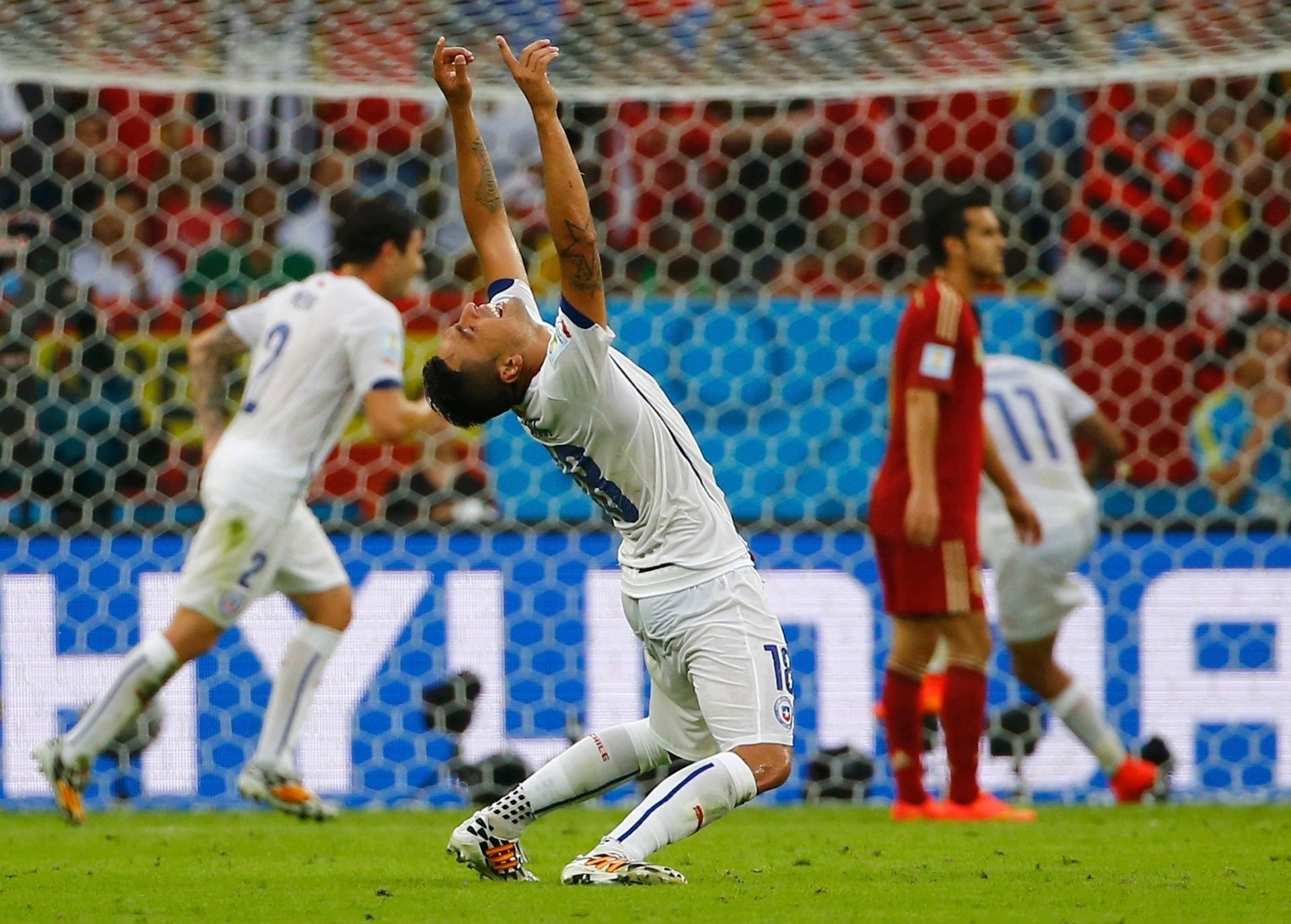 Chileno Gonzalo Jara se curva no gramado do Maracanã para comemorar a vitória sobre a Espanha por 2 a 0