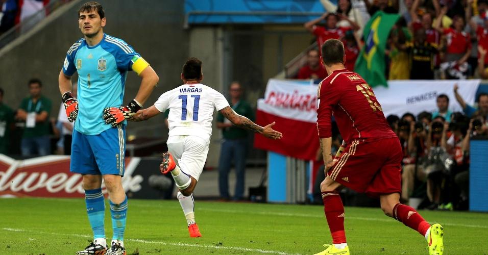 Chileno Vargas comemora gol contra a Espanha enquanto Casillas e Sergio Ramos lamentam no Maracanã