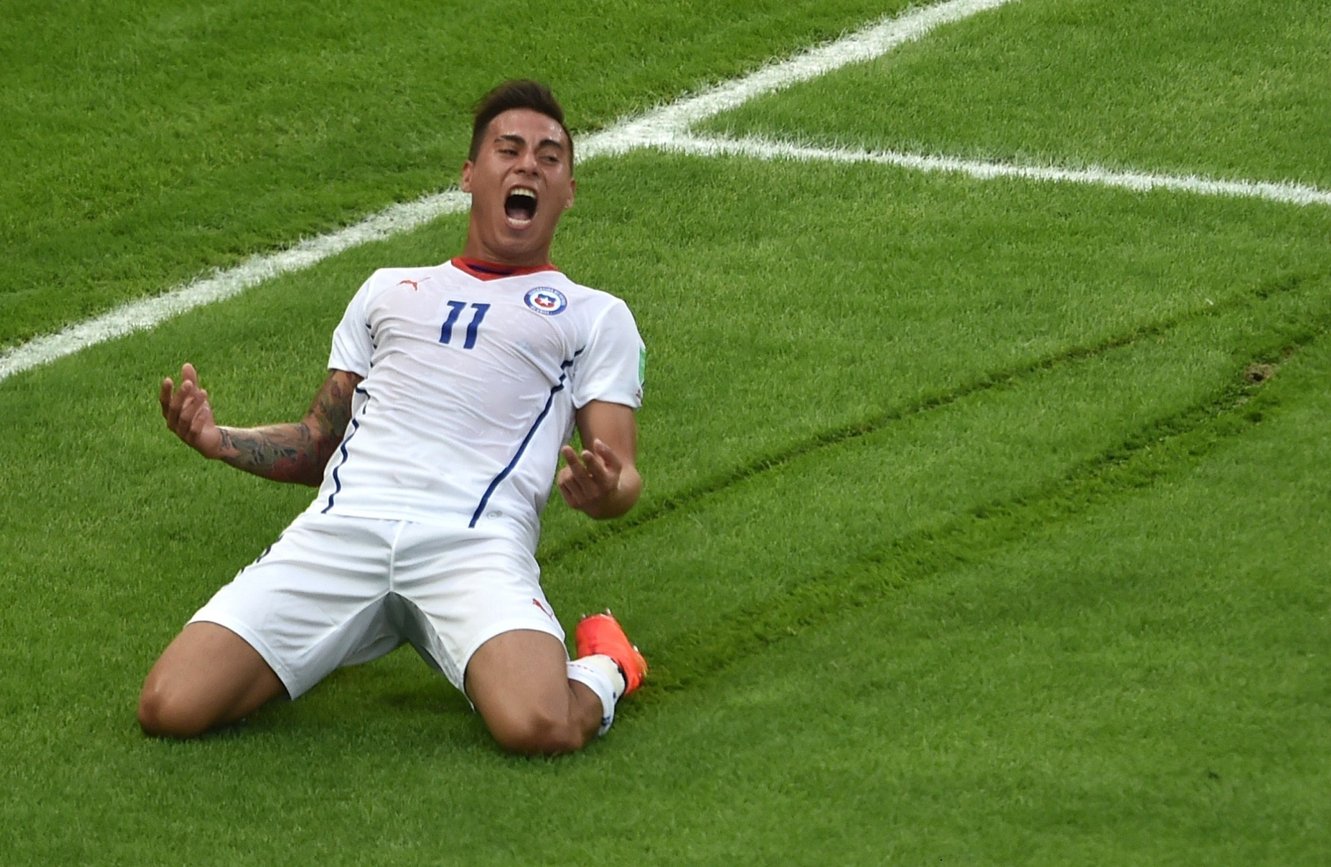 Chileno Vargas deixa marcas no gramado do Maracanã na vitória contra a Espanha por 2 a 0