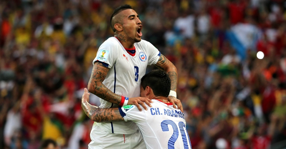 Chileno Vidal pula em cima de Aránguiz para comemorar o segundo gol contra a Espanha