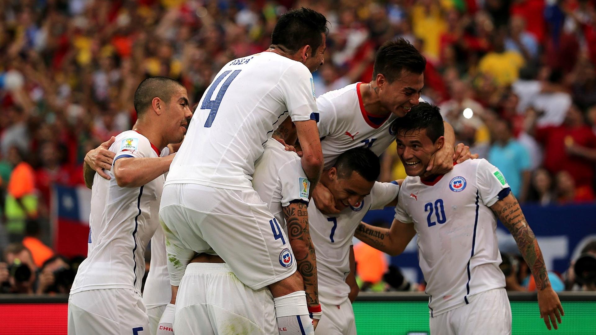 Chilenos comemoram o gol de Aránguiz contra a Espanha, o segundo no Maracanã