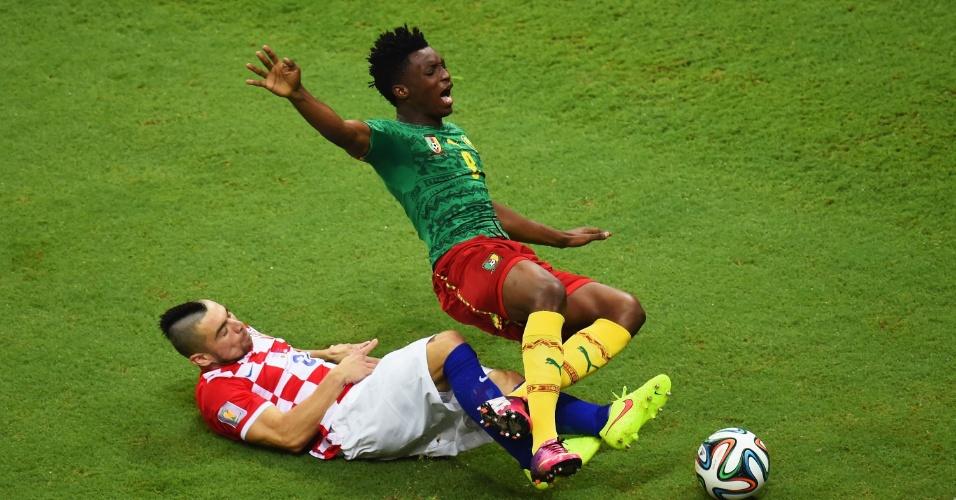 Croata Danijel Pranjic chega duro no camaronês Benjamin Moukandjo durante jogo na Arena Amazônia