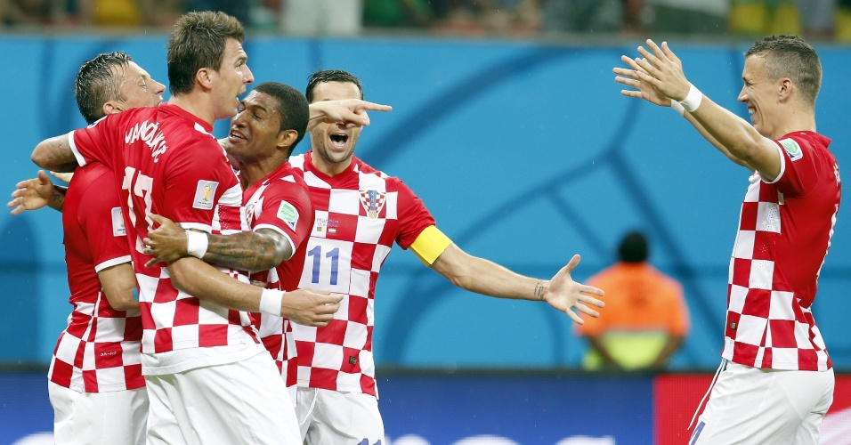 Croatas comemoram gol marcado por Ivica Olic, logo no início do jogo