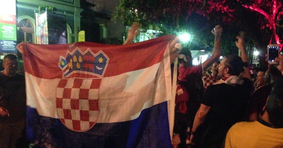 Croatas ignoram a chuva e cantam na praça principal de Manaus na primeira noite na cidade