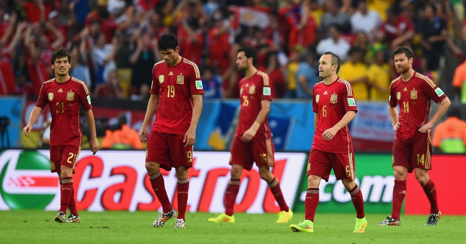 David Silva, Diego Costa, Busquets, Iniesta e Xabi Alonso são o retrato da tristeza espanhola após o segundo gol do Chile
