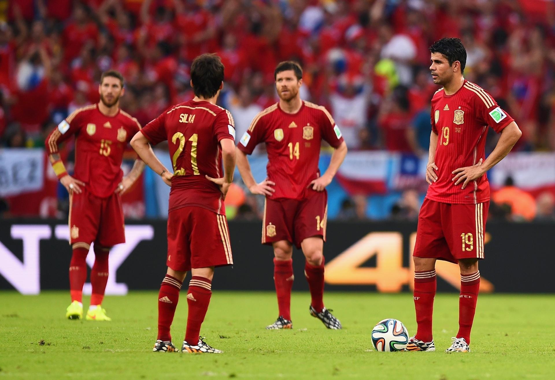 Diego Costa aguarda para reiniciar a partida após sofrer gol do Chile no Maracanã