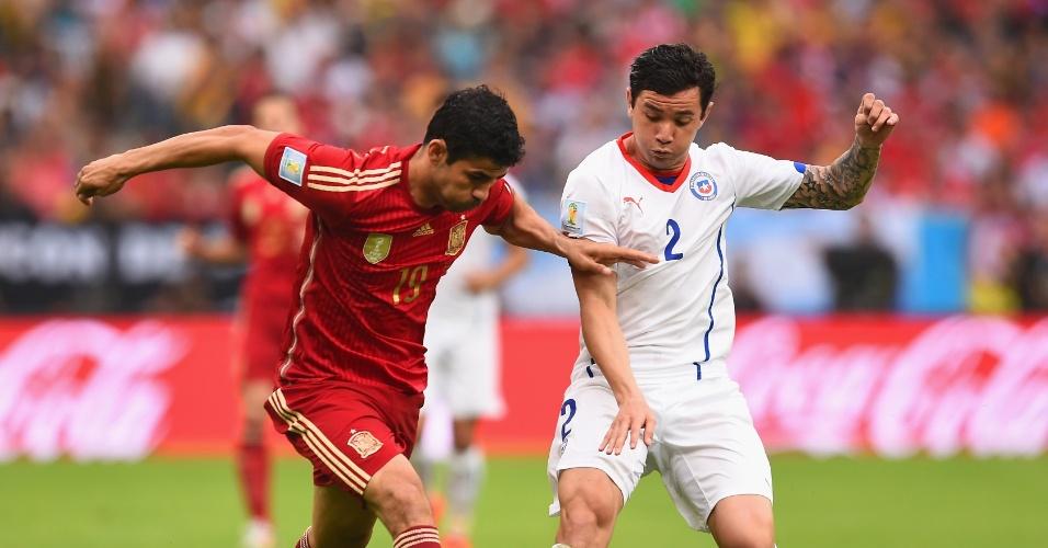 Diego Costa tenta passar pela marcação de Eugenio Mena no jogo da Espanha contra o Chile