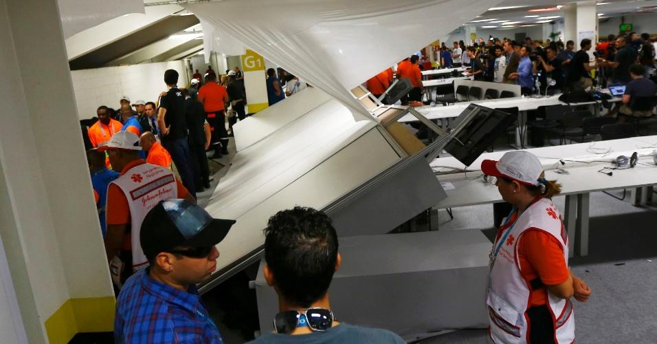 Divisória do centro de imprensa do Maracanã fica derrubada após invasão da torcida chilena, que tentava acesso ao estádio sem ingresso