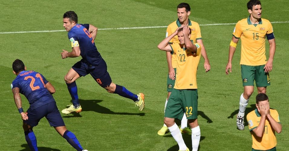 Enquanto Van Persie comemora gol marcado, australianos lamentam empate holandês