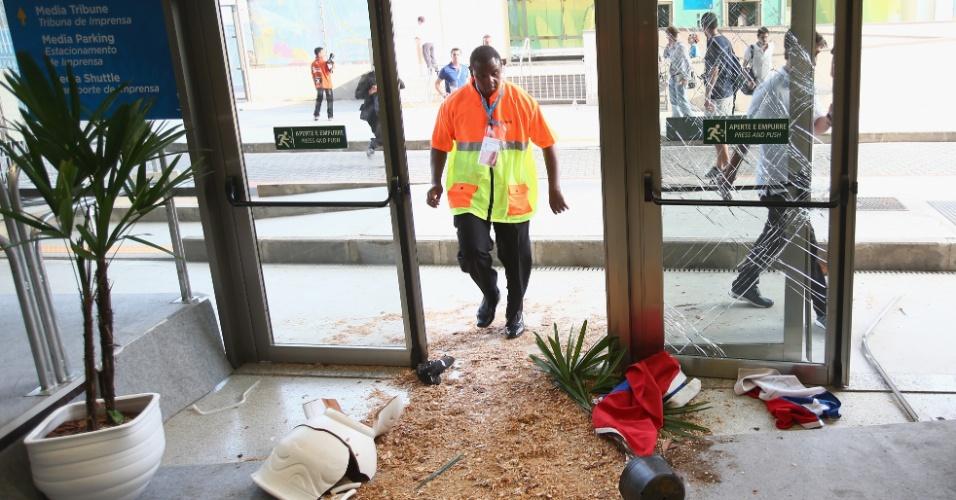 Entrada do centro de imprensa do Maracanã ficou destruída após tentativa de invasão da torcida chilena