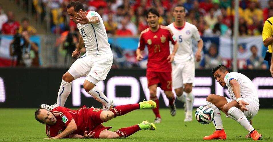 Espanhol Iniesta fica caído no gramado após dividida com o chileno Marcelo Díaz