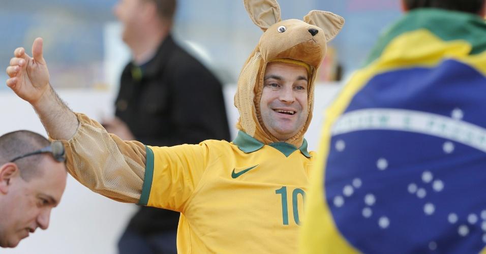 Fantasiado, torcedor da Austrália faz festa no Beira-Rio antes de jogo contra a Holanda