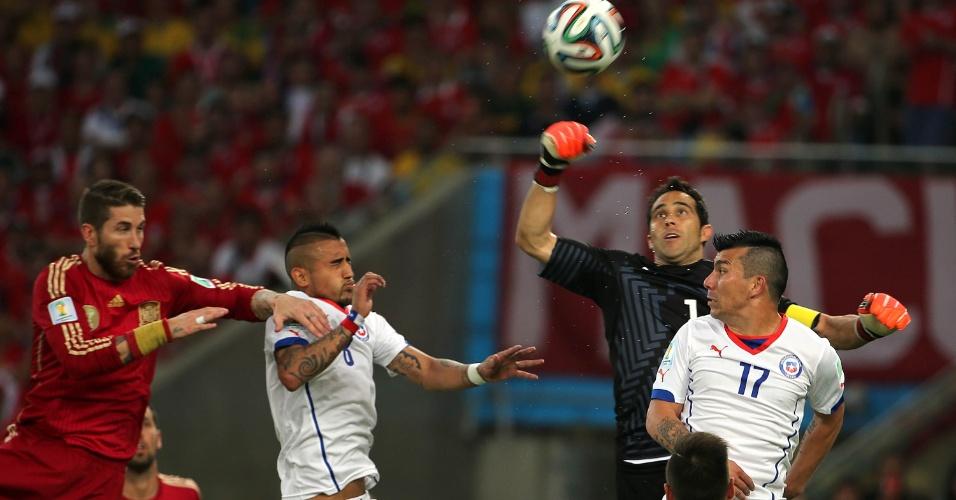 Goleiro chileno Bravo afasta o perigo após cruzamento espanhol no Maracanã