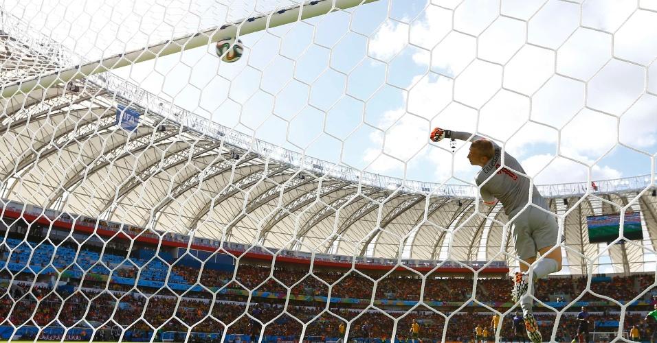 Goleiro holandês Jasper Cillessen não consegue evitar o belo gol de Tim Cahill para empatar o placar para Austrália