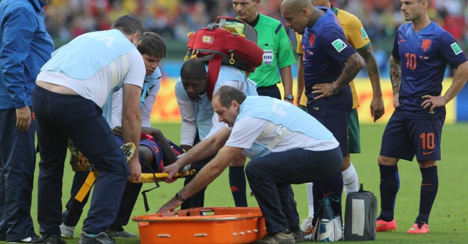 Holandês Bruno Martins Indi sai de campo na maca após se machucar em dividida de bola, no Beira-Rio