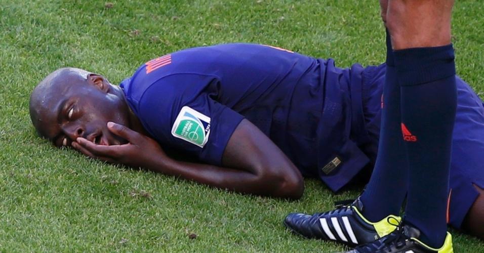 Holandês cai desacordado após dividida de bola com Cahill