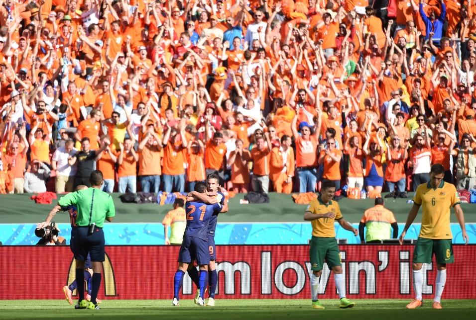 Holandeses comemoram terceiro gol feito por Memphis Deplay contra a Austrália