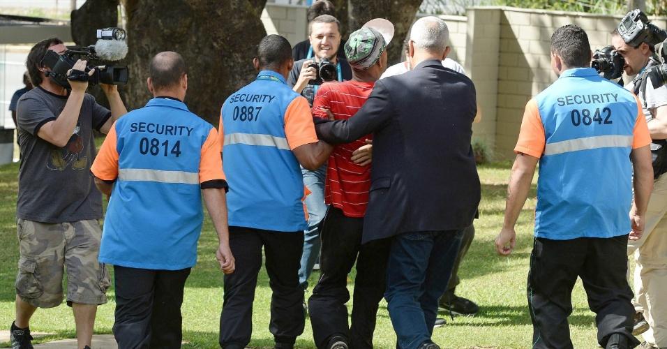 Homem invade treino da Argentina para pedir autógrafos, mas é retirado pelos seguranças